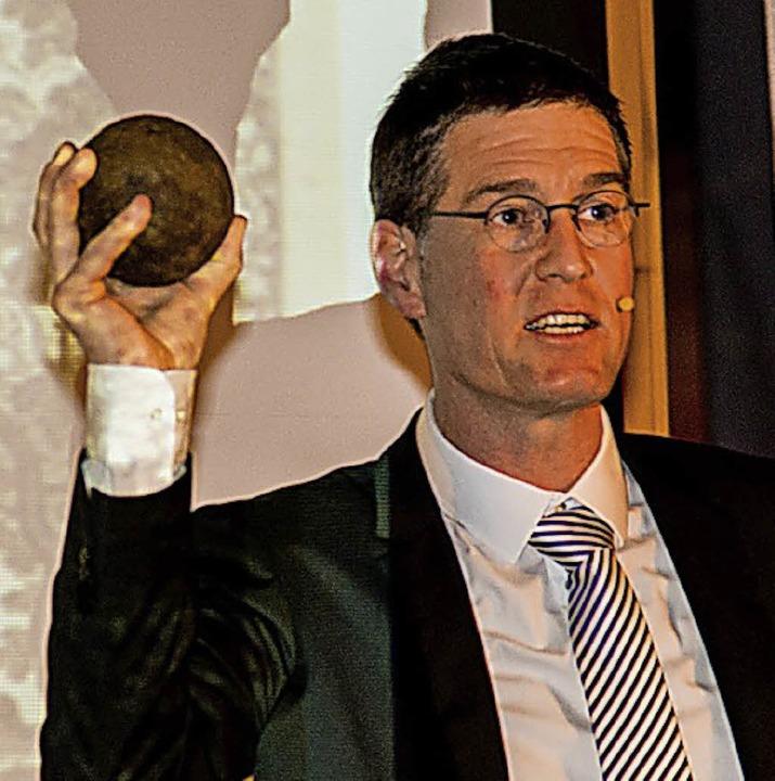 Erinnerung an kriegerische Zeiten: Bürgermeister Jochen Paleit mit Kanonenkugel  | Foto: Olaf Michel