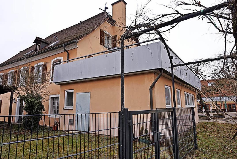 Das Feuerwehrgerätehaus im Gutshofbau ... Festhalle ist in die Jahre gekommen.   | Foto: Julius Steckmeister