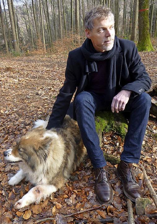 Kai Weyand und seine Hündin Juni sind gerne im Wittnauer Wald unterwegs.  | Foto: Anne Freyer