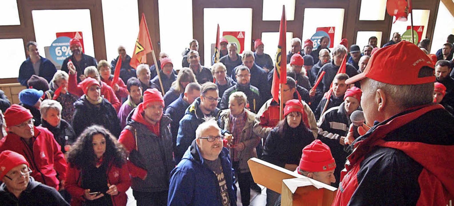 Die Belegschaften Eisenbacher Firmen hörten Gewerkschaftssekretär Franz Ritter.     Foto: Tobias Loibenböck