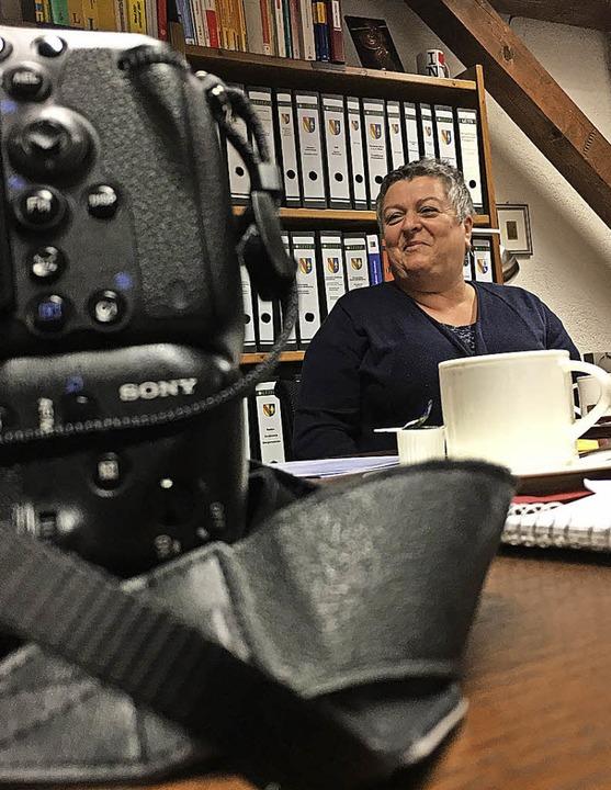 Susanne Meier zwischen Kamera und Kaffeetasse beim Presstermin im Rathaus     Foto: Müller