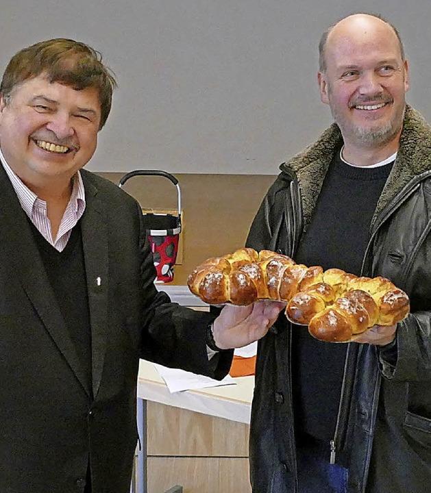 Pfarrer Klaus Fietz übergibt symbolisc...lüssel an Bürgermeister Stefan Kaiser.  | Foto: Peter Meister