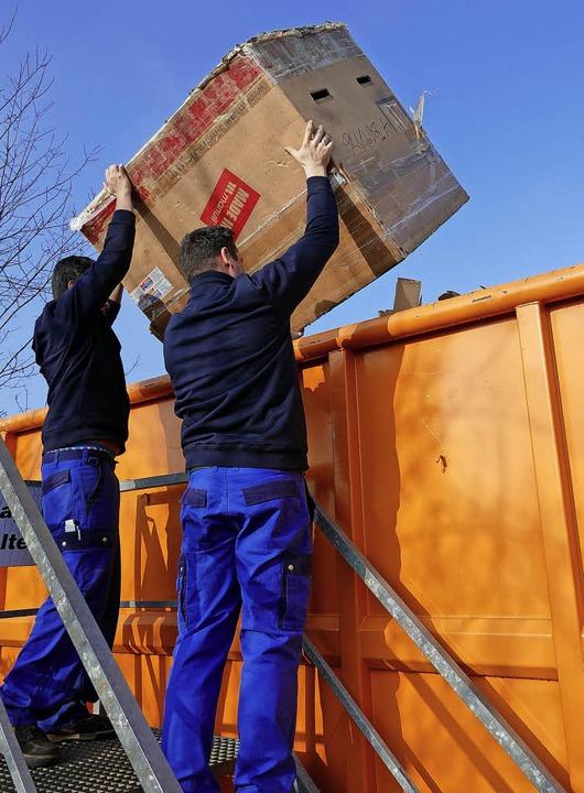 Ab in die Tonne: Auch für ausgediente ... Recyclinghof eigene Sammelcontainer.   | Foto: Philipp Schulte