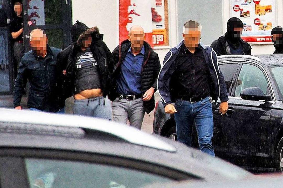 Die Festnahme des Tatverdächtigen im S...em Heimatort von Ermittlern abgeführt.  | Foto: Markus Donner