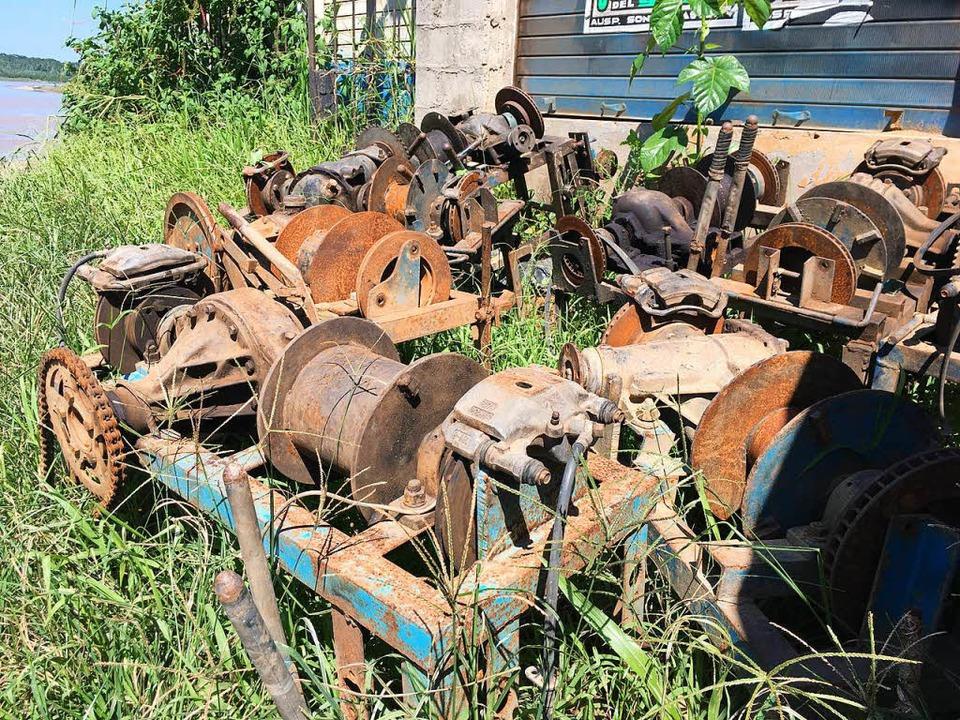 Ausrangierte Motoren  der Goldsucher  | Foto: Dominik Bloedner