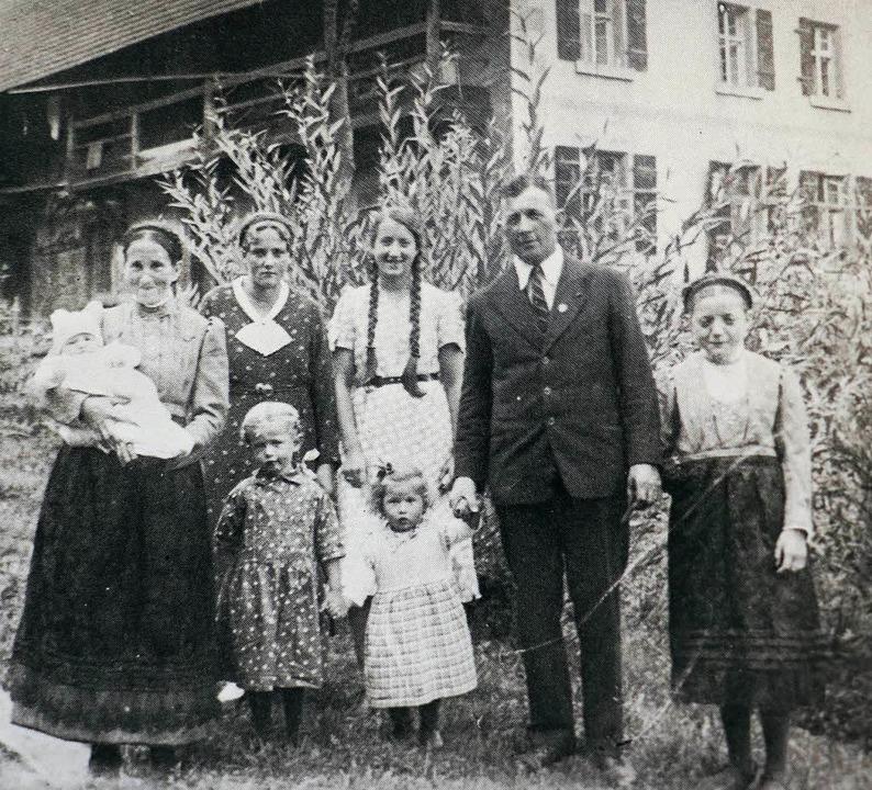 Die Wanglers (Großeltern des heutigen ...orne die Kinder Paulina und Theresia.   | Foto: Repro: theo weber
