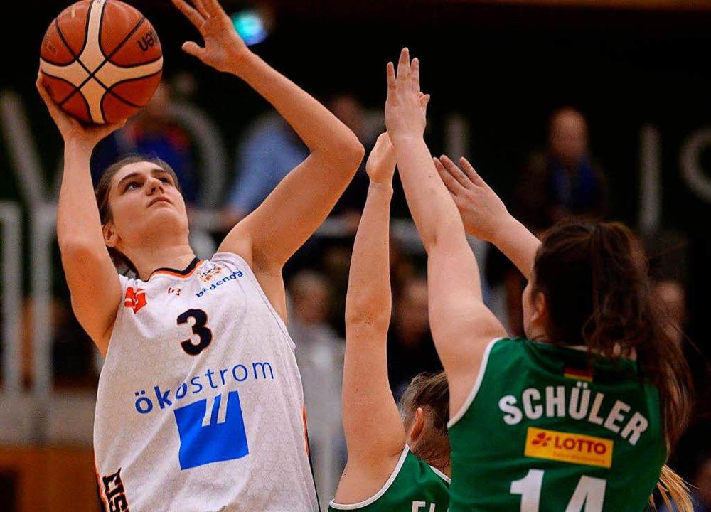 Spielte stark gegen Keltern II:  USC-Akteurin Laura Zdravevska (mit Ball)
