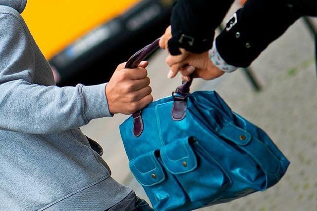 Junger Mann entreißt einer Frau die Handtasche