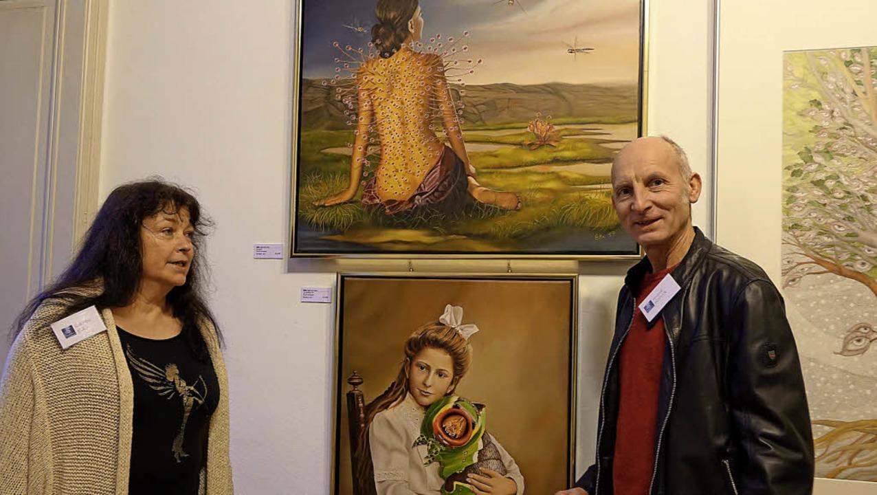Ein reger Austausch unter den Künstler...präch mit dem Bildhauer Roland Köpfer   | Foto: Roswitha Frey
