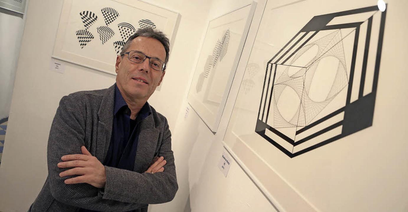 Gerhard Daum vor seinen technisch anmutenden Zeichnungen     Foto: Christoph Breithaupt