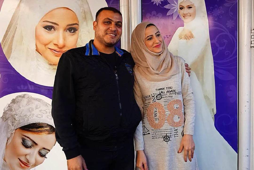 Nidal und ihr Mann Hanan Baya' vor ihrem Schönheitssalon in Gaza   | Foto: FRAUKE WOLTER
