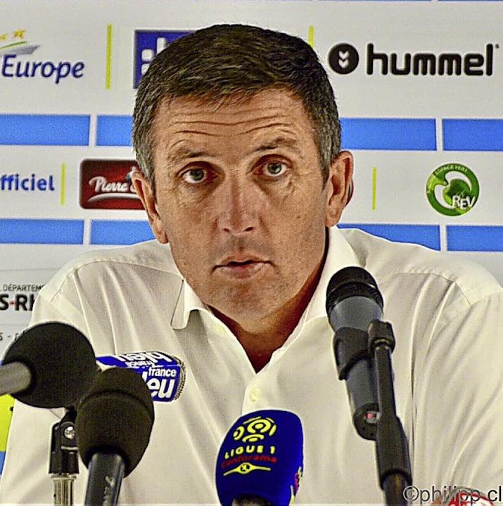 <BZ-FotoAnlauf>FUSSBALL:</BZ-FotoAnlau...ing-Coach Thierry Laurey war bedient.     Foto:  Ph. Cleiss