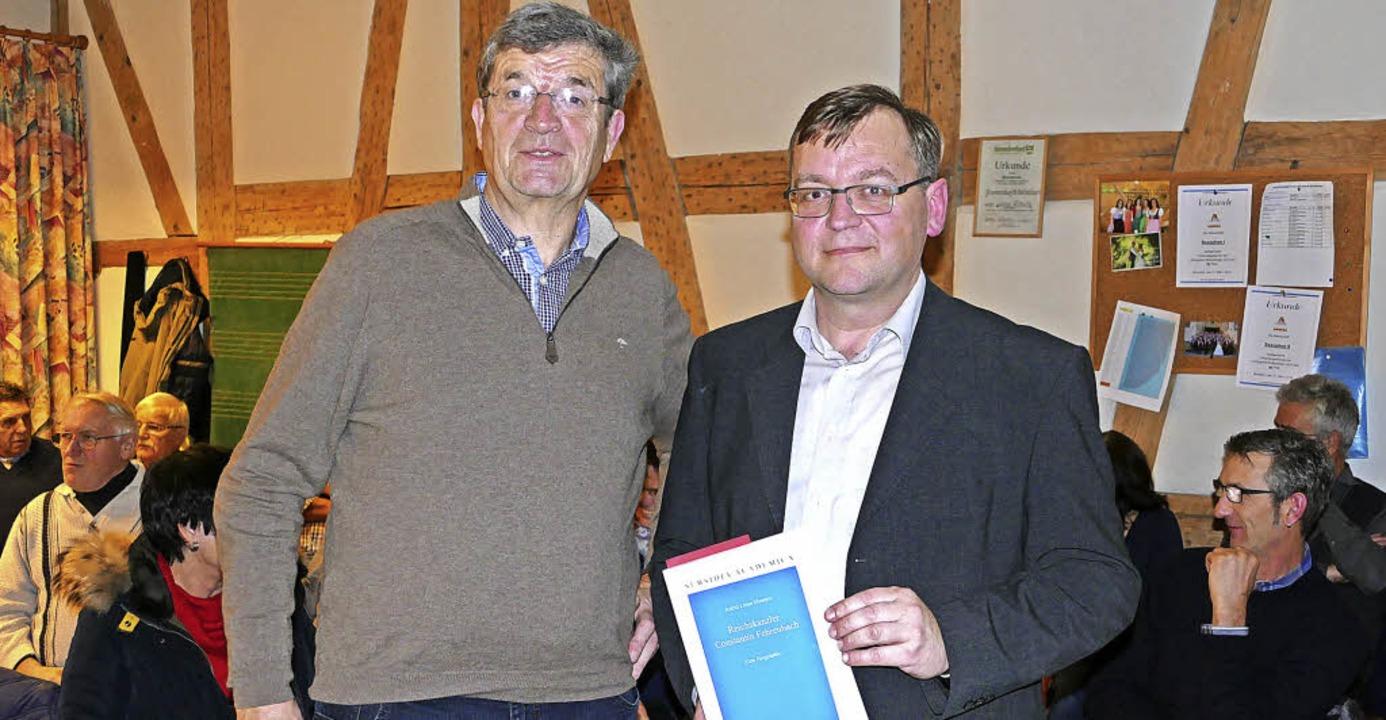 Referent Konrad Schlude (rechts) liefe...rbandsvorsitzender Max Nägele (links).    Foto: Stefan Limberger-Andris