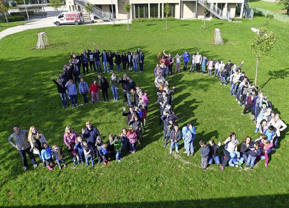Dieses Foto ziert die Festschrift &#82...um Festakt der Schule erschienen ist.     Foto: Privat