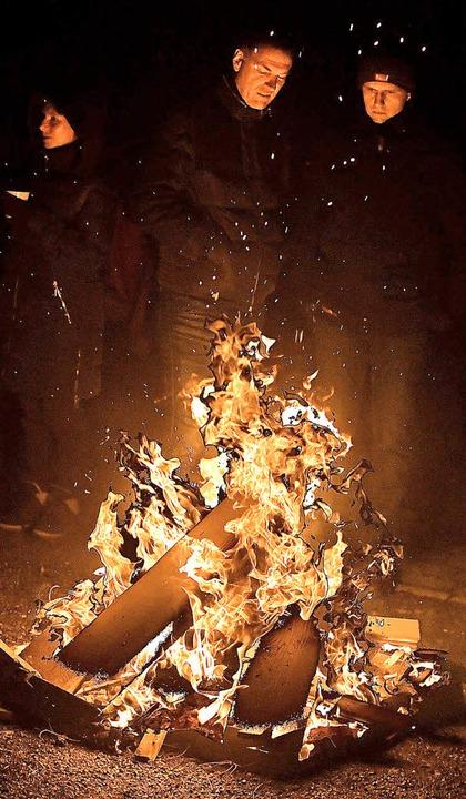 Plaudern im Schein des Feuers  | Foto: Wolfgang Scheu