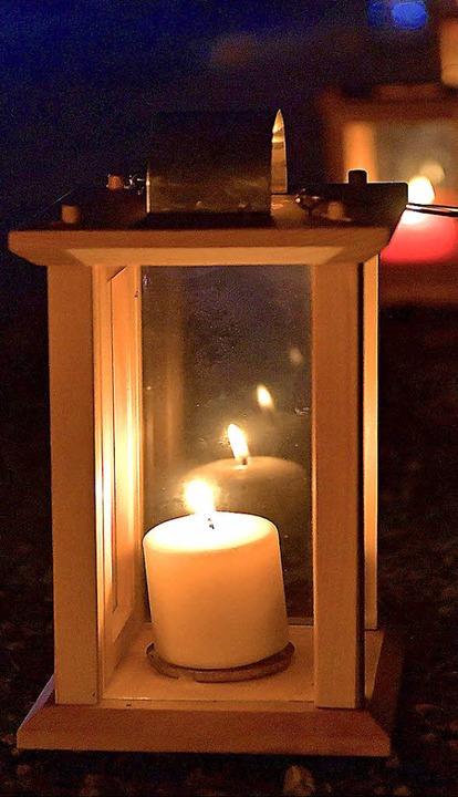 Nur das warme Licht der Kerzen erhellte die Breitnauer Ortsmitte  | Foto: Wolfgang Scheu