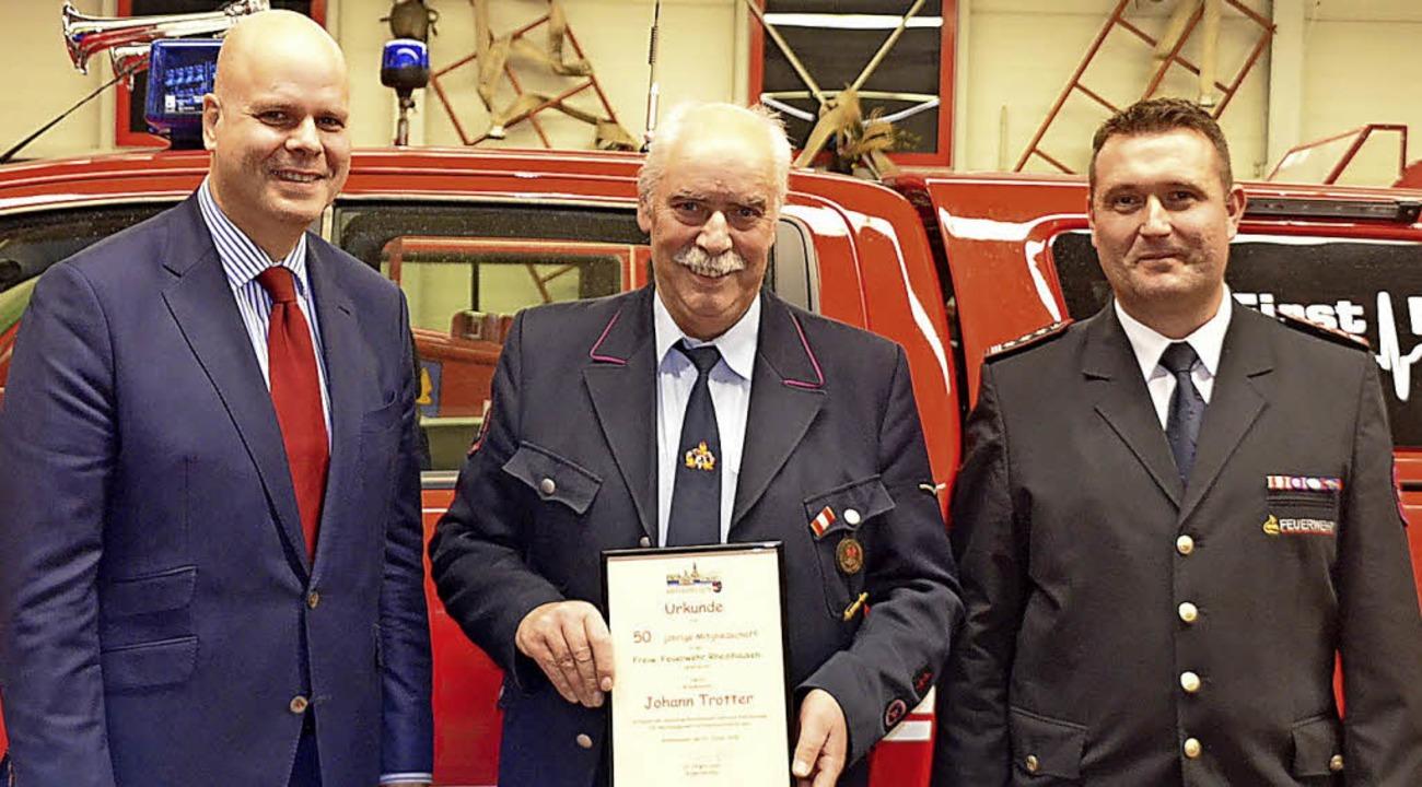 Bürgermeister Jürgen Louis (links) und...chts) mit dem Geehrten Johann Trotter   | Foto: Jörg Schimanski