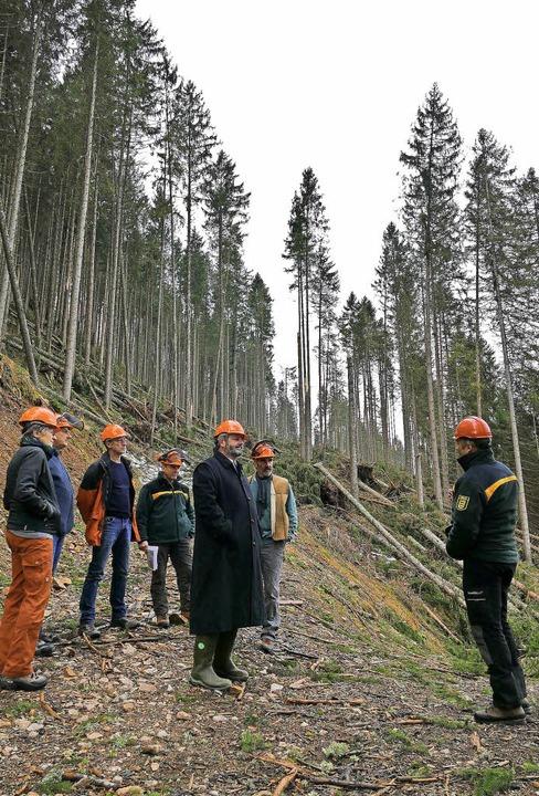 Reinhold Pix (Mitte) machte sich mit (...altung ein Bild von den Sturmschäden.   | Foto: Tanja Bury