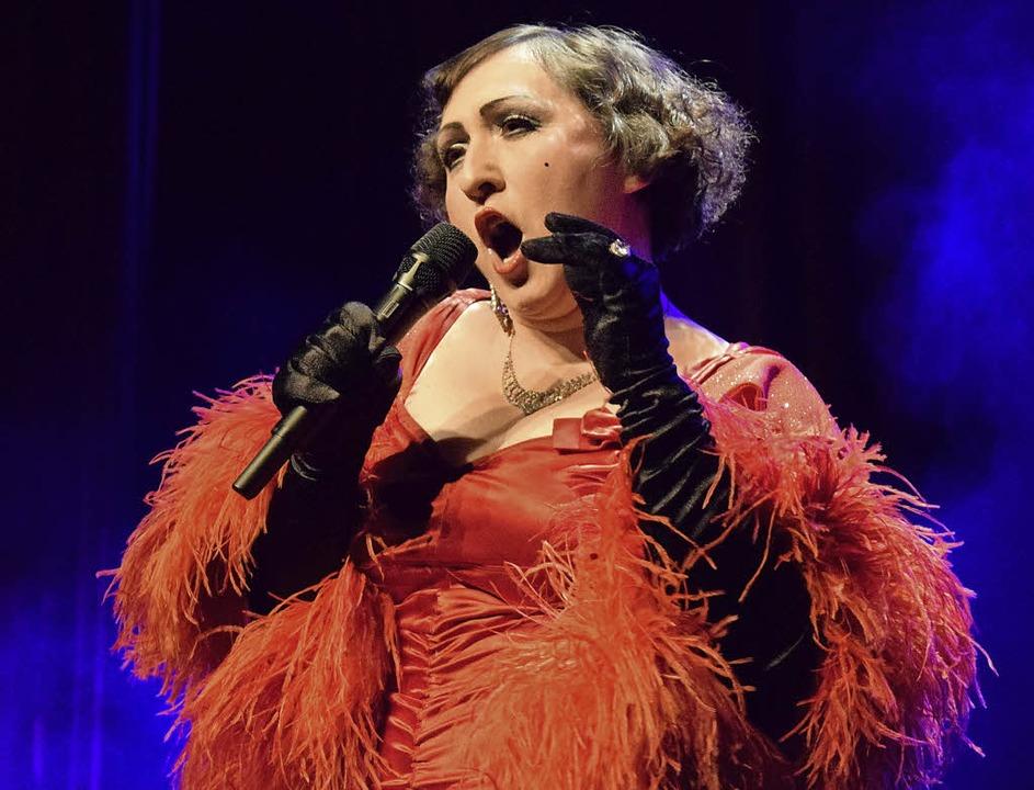 Evi Niessner kann nicht nur, aber das besonders gut, Edith Piaf singen.   | Foto: Julia Trauden