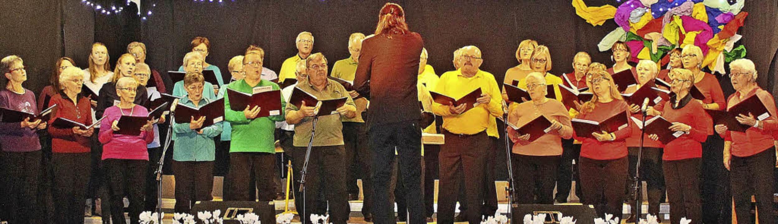 Auch optisch wusste der  gemischte Chor vollauf zu überzeugen.  | Foto: RHEIN