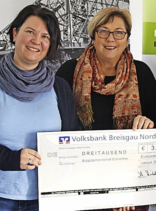 Julia Rodday übergab den Scheck Helga Bär.   | Foto: Horst David