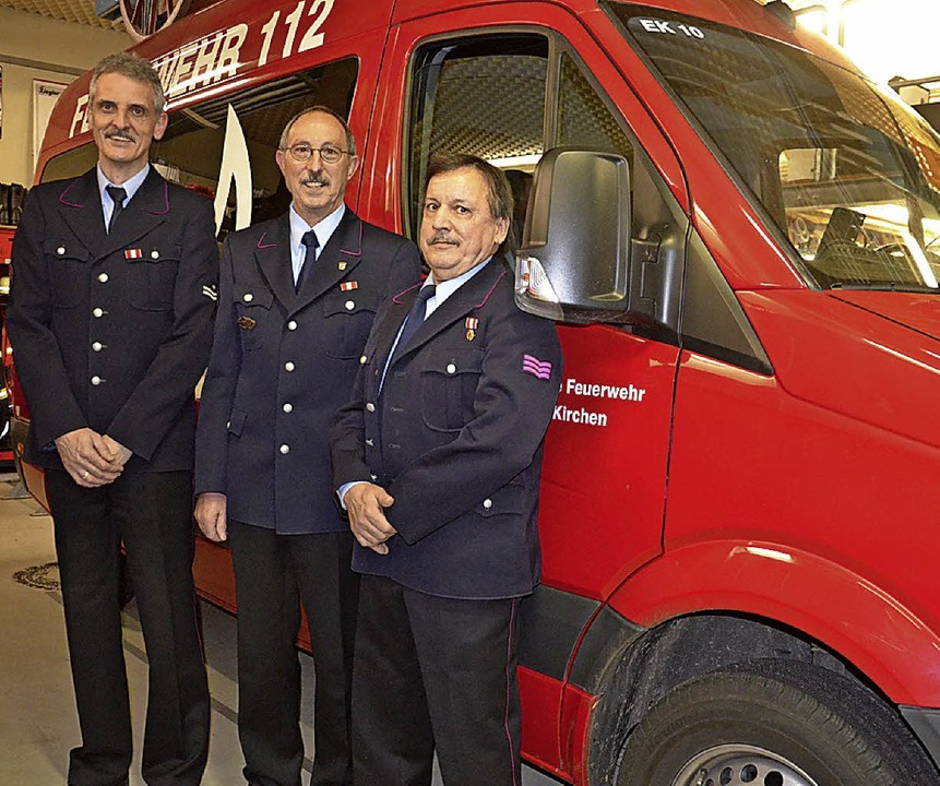 Feuerwehrkommandant Alexander Rabus eh...erer und Ewald Kunzelmann (von links).    Foto: Schopferer