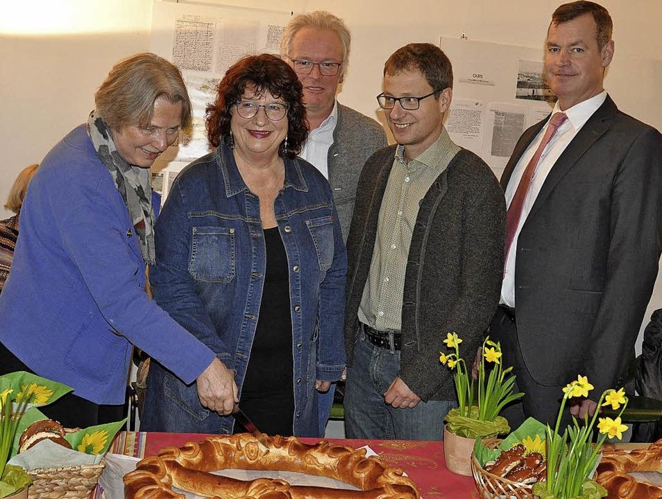 Christiane Walesch-Schneller, Vorsitze...in (von links) die Neujahrsbrezel an.   | Foto: Kai Kricheldorff