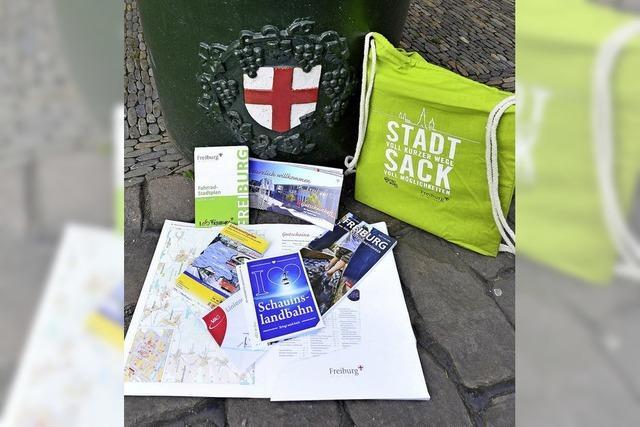 """Neubürger bekommen den """"Stadtsack"""" als Willkommensgeschenk"""