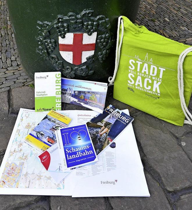 Was Neubürger brauchen – alles im Stadtsack verpackt.   | Foto: I. Schneider