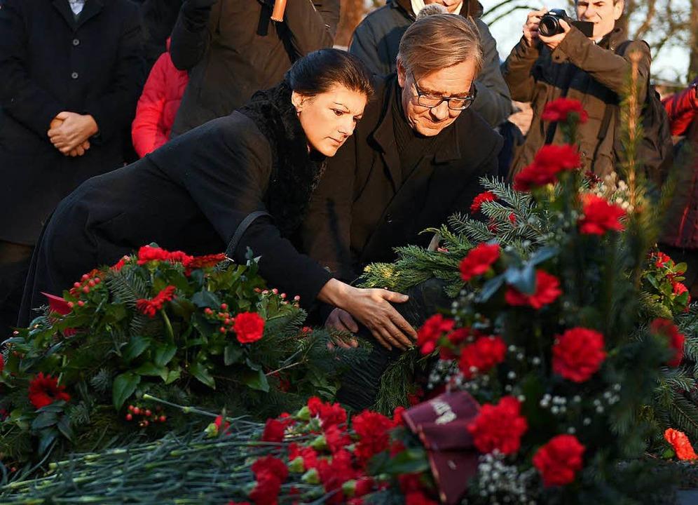 Die Fraktionsvorsitzenden der Partei D...urg und Karl Liebknecht Blumen nieder.  | Foto: dpa
