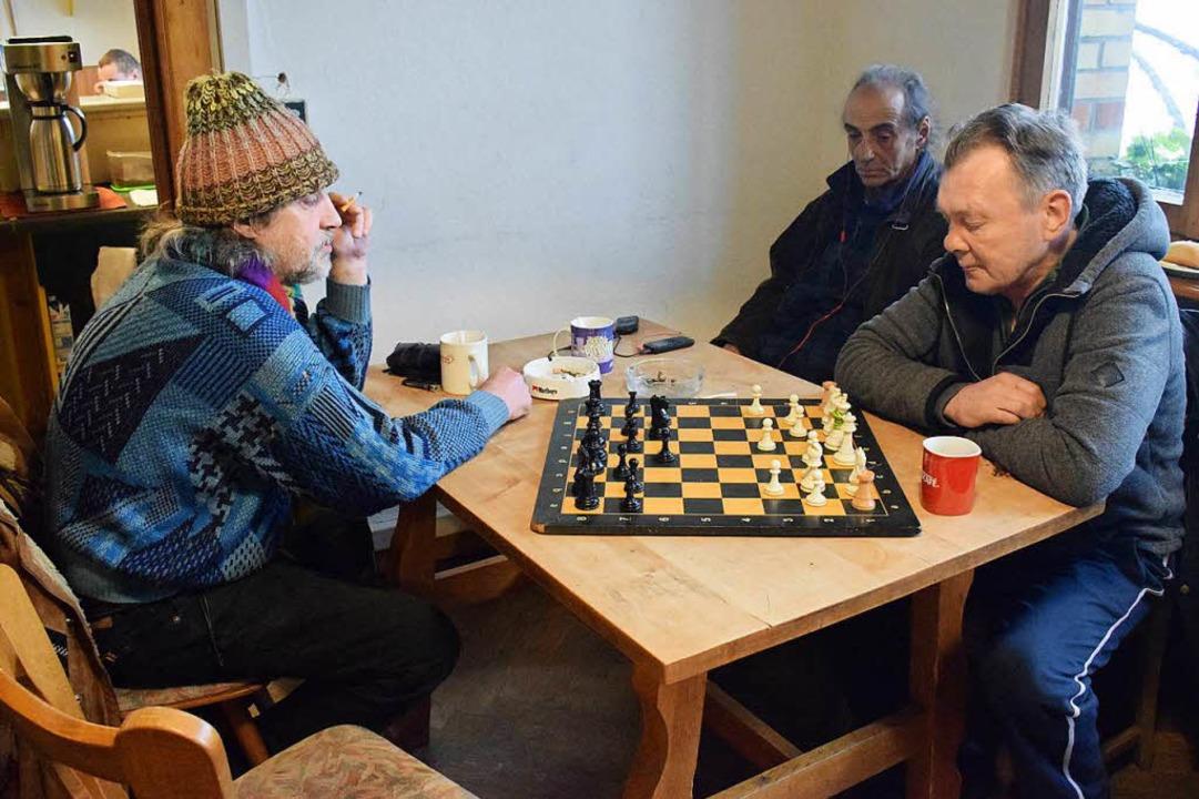 Schach der Einsamkeit: In der Wärmestube bietet ein bisschen Familienersatz.     Foto: Julia Trauden