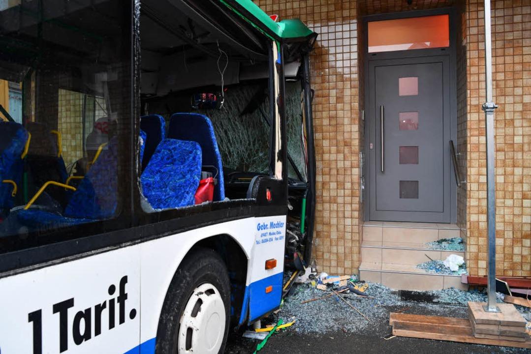 Ein Schulbus ist in eine Hauswand in E...efahren,  43 Menschen wurden verletzt.    Foto: dpa