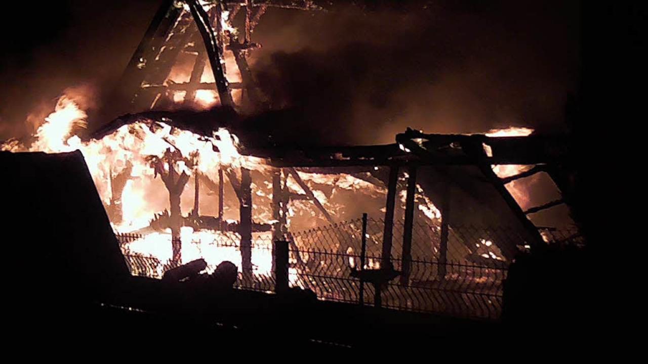 Eine Scheune brannte völlig aus.  | Foto: Polizei