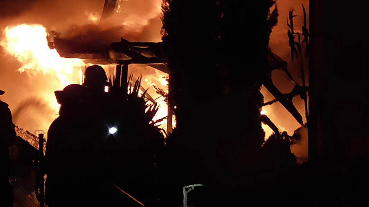 Die Feuerwehr hatte alle Hände voll zu tun.  | Foto: Polizei