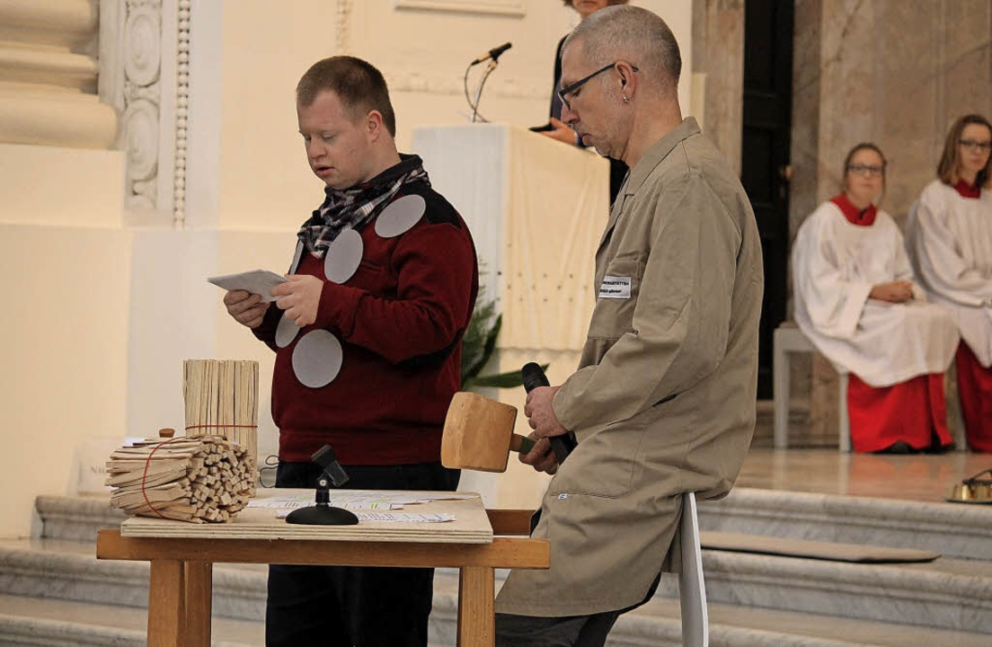 Punicello (Björn Reinke, links) bittet...er Elmar (Martin Bähr) um seinen Rat.   | Foto: Cornelia Liebwein