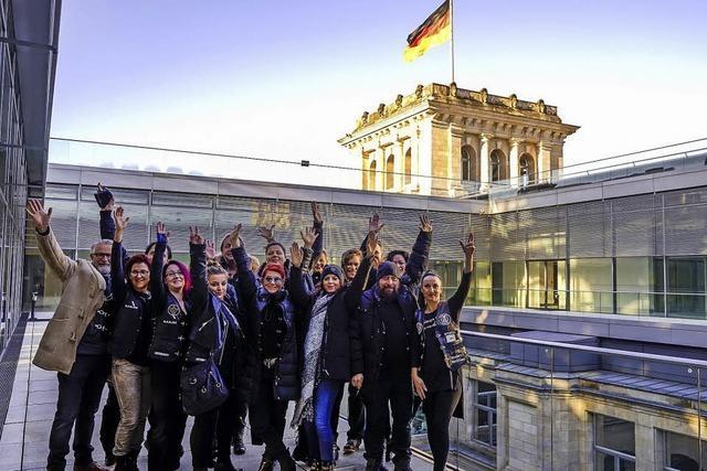 Sozial engagierte Friseure steigen dem Reichstag aufs Dach