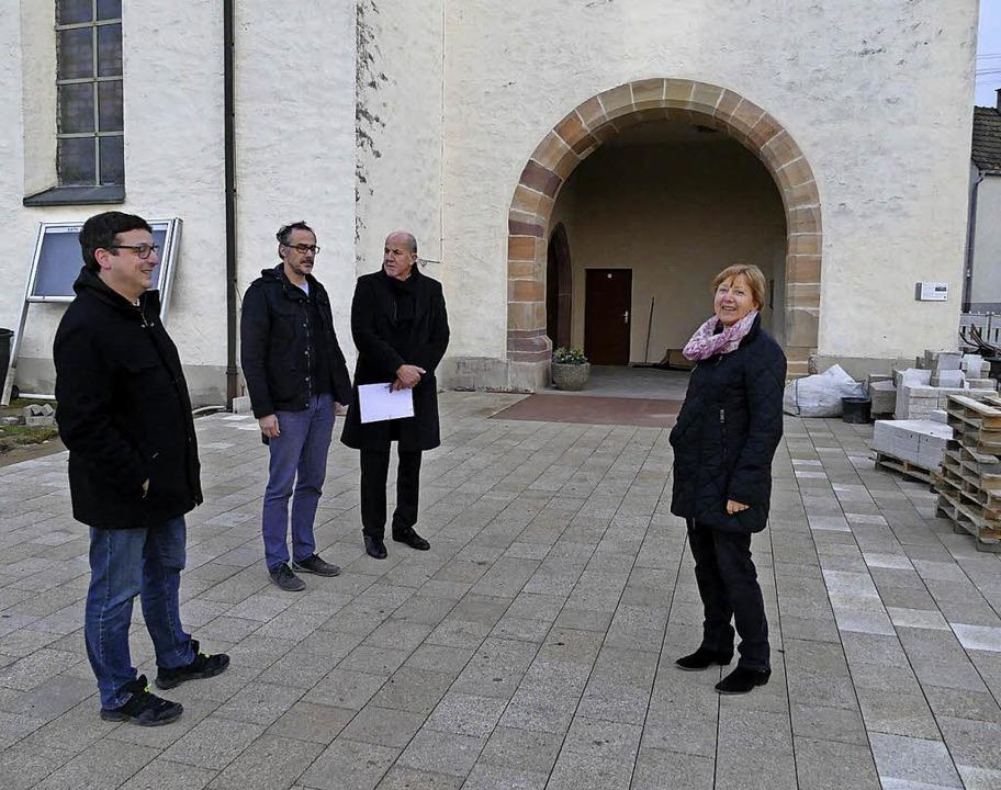 Pfarrer Karlheinz Kläger (von links) b...n Vorplatz an der Gottenheimer Kirche.  | Foto: frietsch