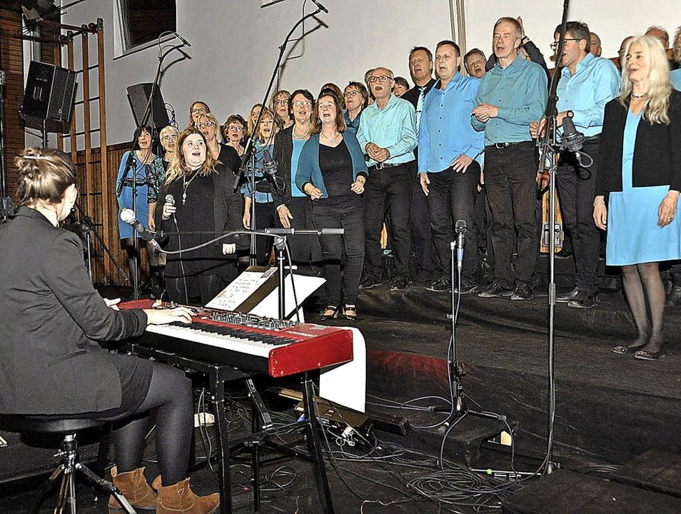 Die Mitglieder von Chor'n more b...n der Turn- und Festhalle Oberrotweil.  | Foto: Kricheldorff