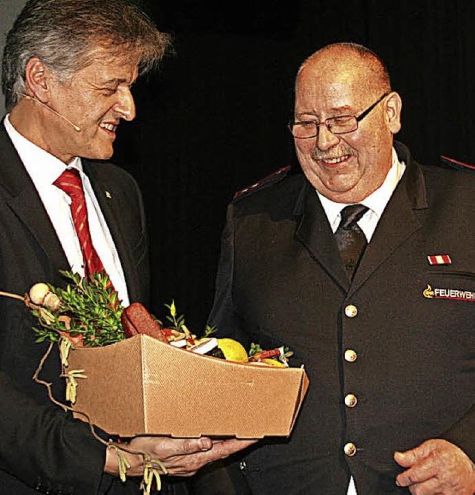 Mit einem Geschenkkorb ehrte Bürgermei... um die Feuerwehrabteilung Höllstein.   | Foto: Jung