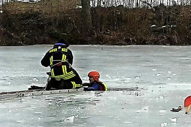 Feuerwehr und DLR üben Eisrettung
