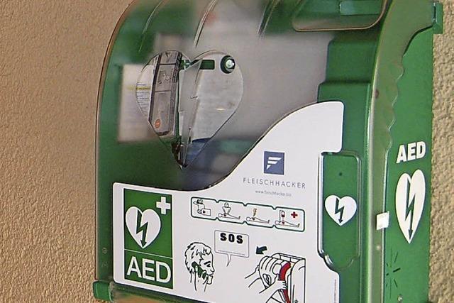 Defibrillator hängt jetzt an Sporthalle Merzhausen