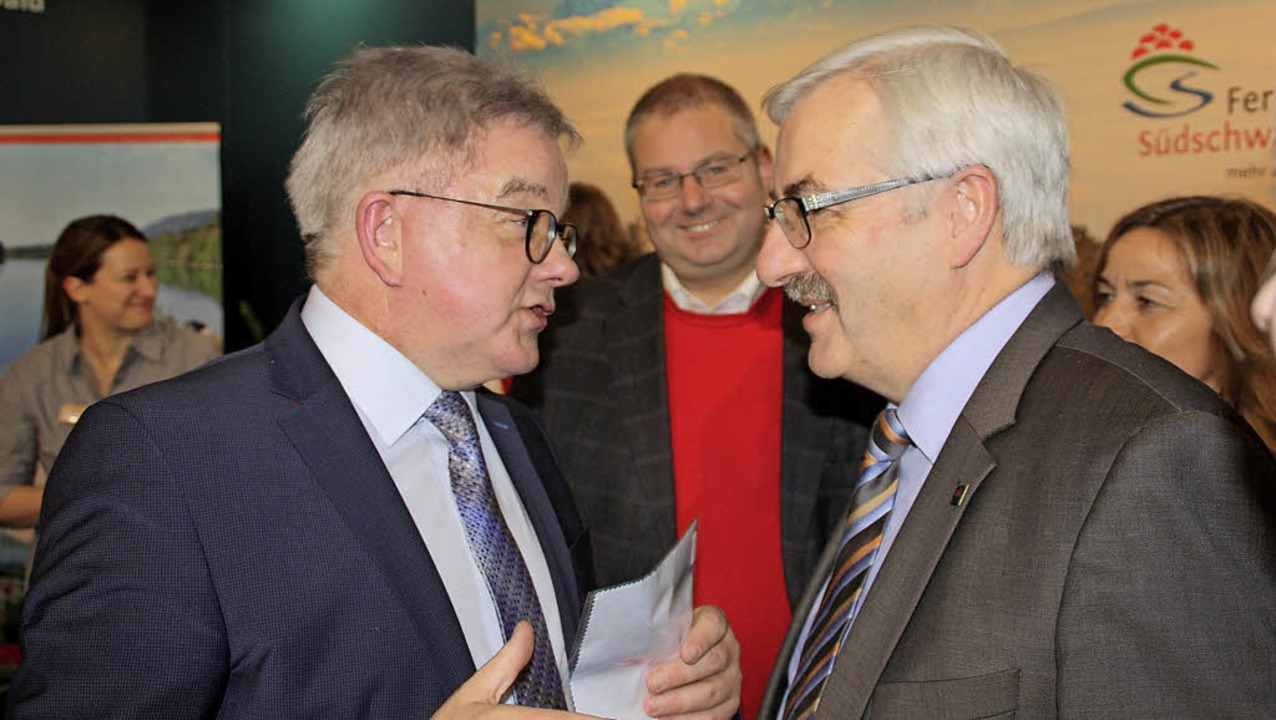 Minister Guido Wolf (links) im Gespräc...ftritt der Ferienwelt Südschwarzwald.   | Foto: Gerd Leutenecker