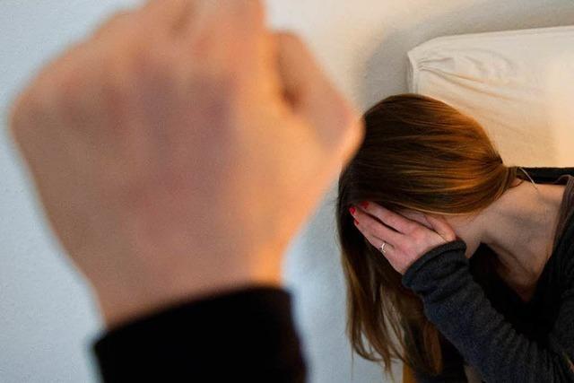 Wie eine Frau mit der Trennung von ihrem gewalttätigen Mann ringt