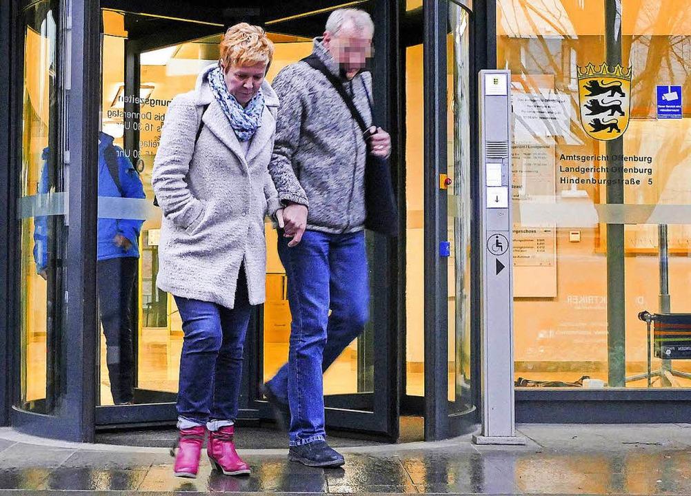 Gabriele D. verlässt mit ihrer Begleit... das Amtsgerichtsgebäude in Offenburg.  | Foto: Ralf Burgmaier
