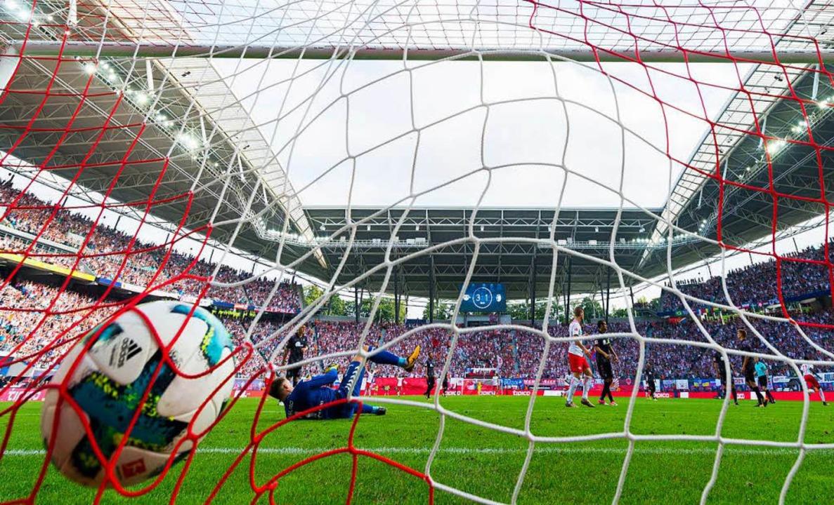 Im Hinspiel in Leipzig musste SC-Keepe... fällt der vierte Treffer durch Orban.  | Foto: AFP