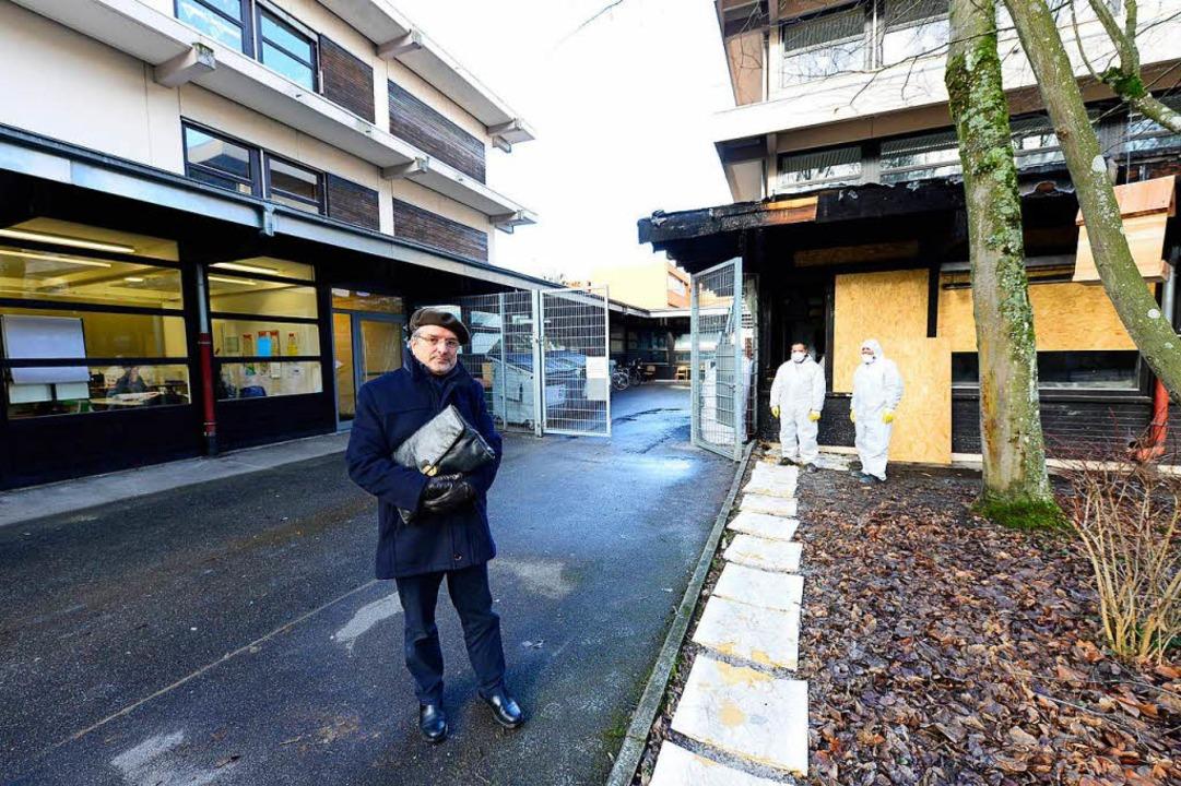 Der frühere Rektor Ulrich Reimann steh...ht bezifferten Schäden nach dem Brand.  | Foto: Ingo Schneider