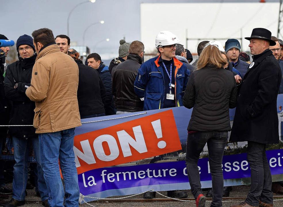 AKW-Beschäftigte protestieren am Freit... derweil die Zeit nach dem Abschalten.  | Foto: fotos: afp