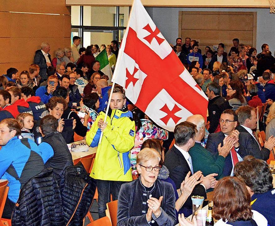Bei der Eröffnungsfeier zogen Jugendli...ie Oberrieder Trachtenmädels bringen.   | Foto: Gerhard Lück
