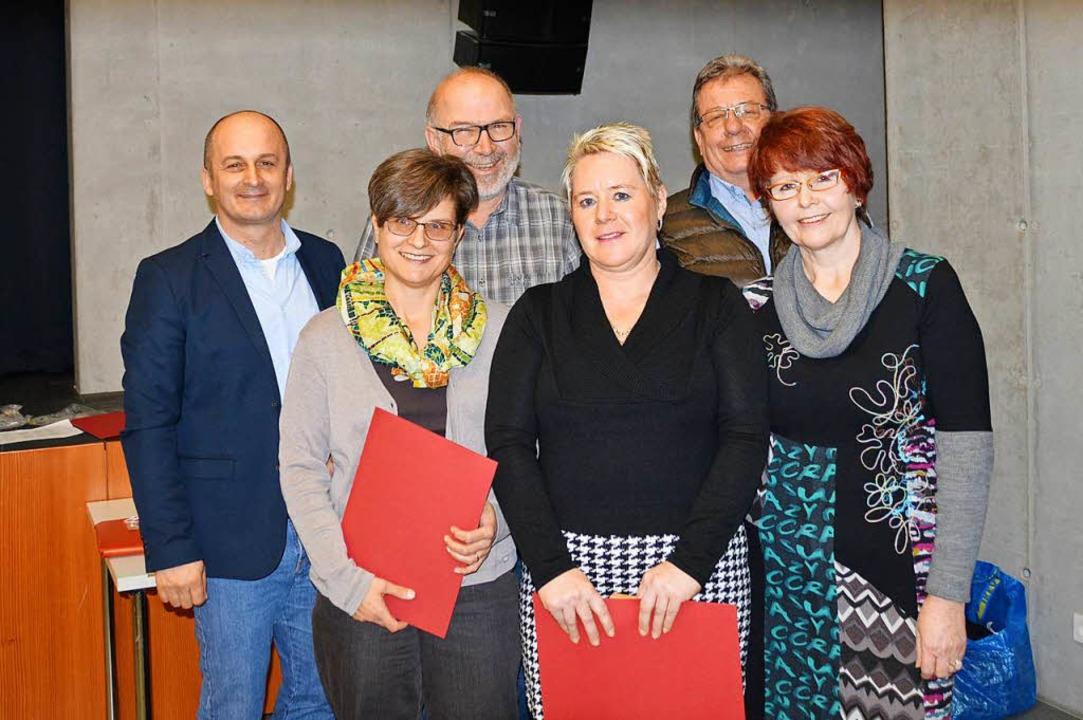 Großes Dankeschön beim TV  (von links)...liedschaft oder  Tätigkeit im Vorstand  | Foto: Horatio Gollin