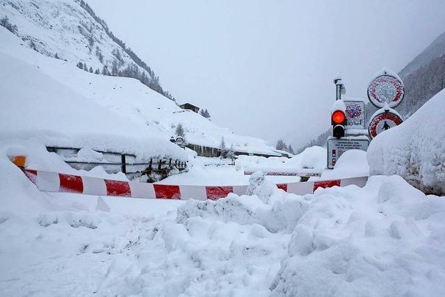 In den Schweizer Alpen drohen Lawinen – Im Tal steigt die Hochwassergefahr